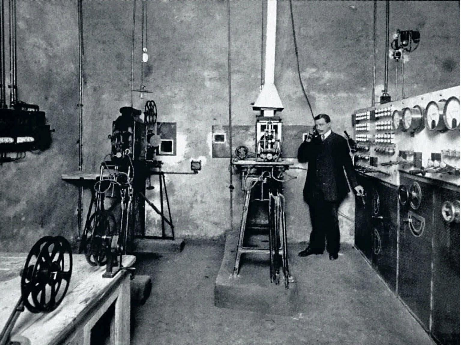 55. 1900-е. Кинотеатр «Пикадилли». Проекционная аппаратура