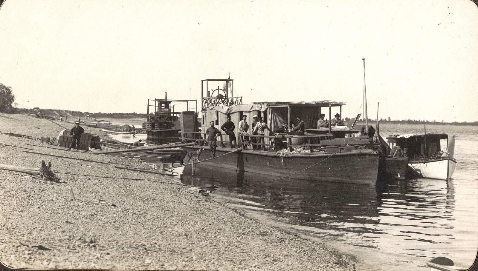 Караван изыскательской партии у берега реки Зеи