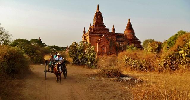 MYANMAR, Burma - Old-Bagan, mit der Pferdekutsche durch das weitläufige Ruinenfeld mit zahlreichen Tempeln und Sakralgebäuden der  historischen Stätten... with the horse-drawn carriage through the extensive field of ruins   ... 78275/13553
