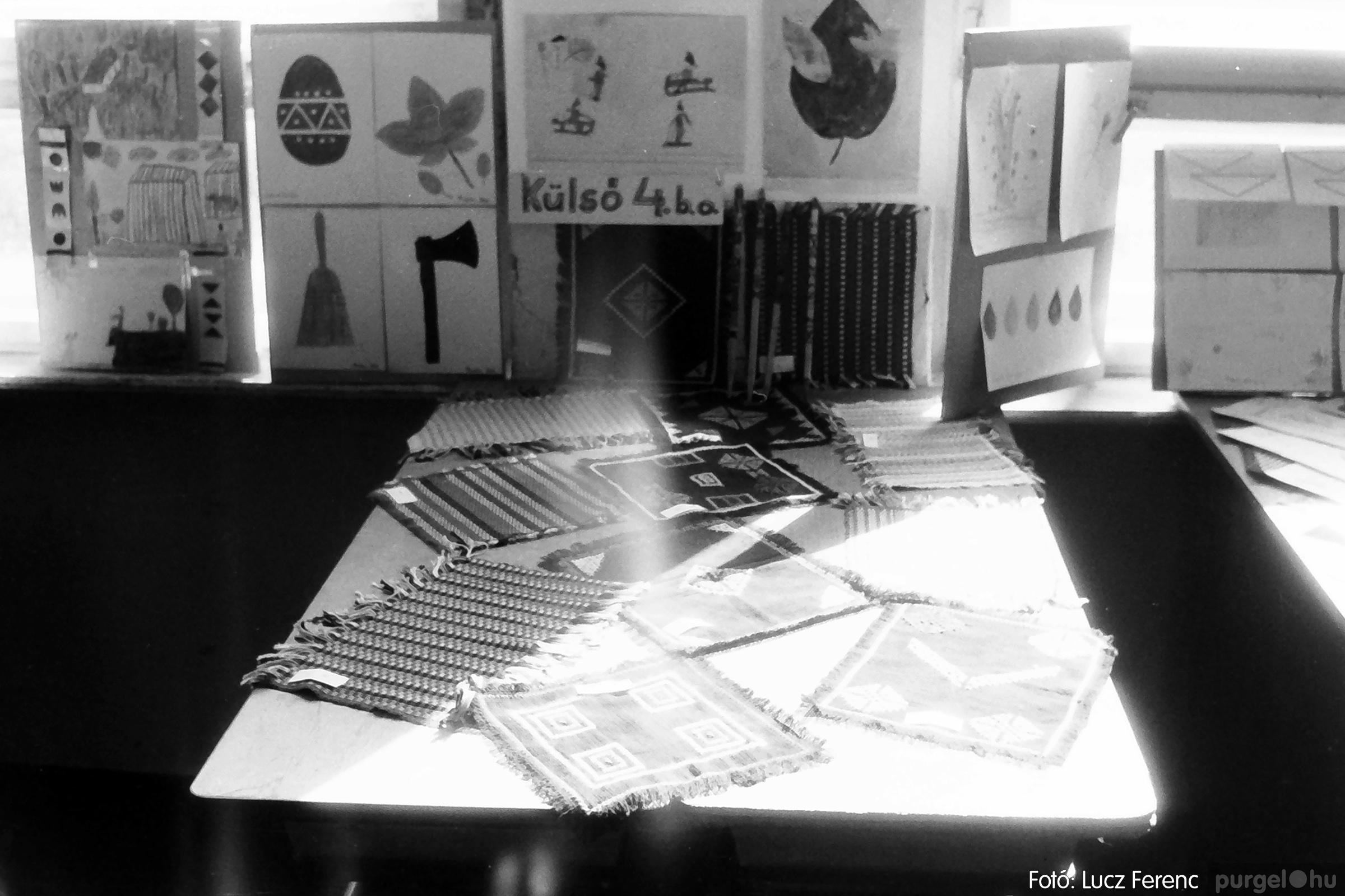 083. 1977. Iskolai kiállítás a tanév legszebb alkotásaiból 002. - Fotó: Lucz Ferenc.jpg