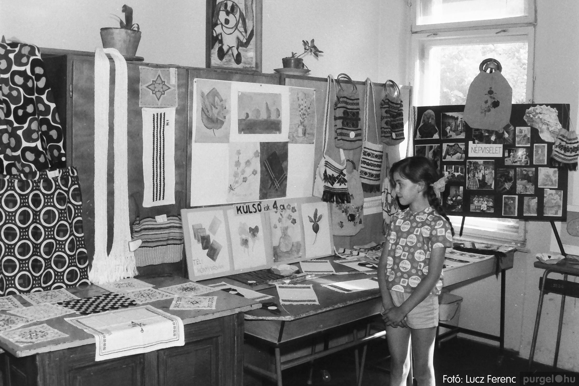 083. 1977. Iskolai kiállítás a tanév legszebb alkotásaiból 007. - Fotó: Lucz Ferenc.jpg