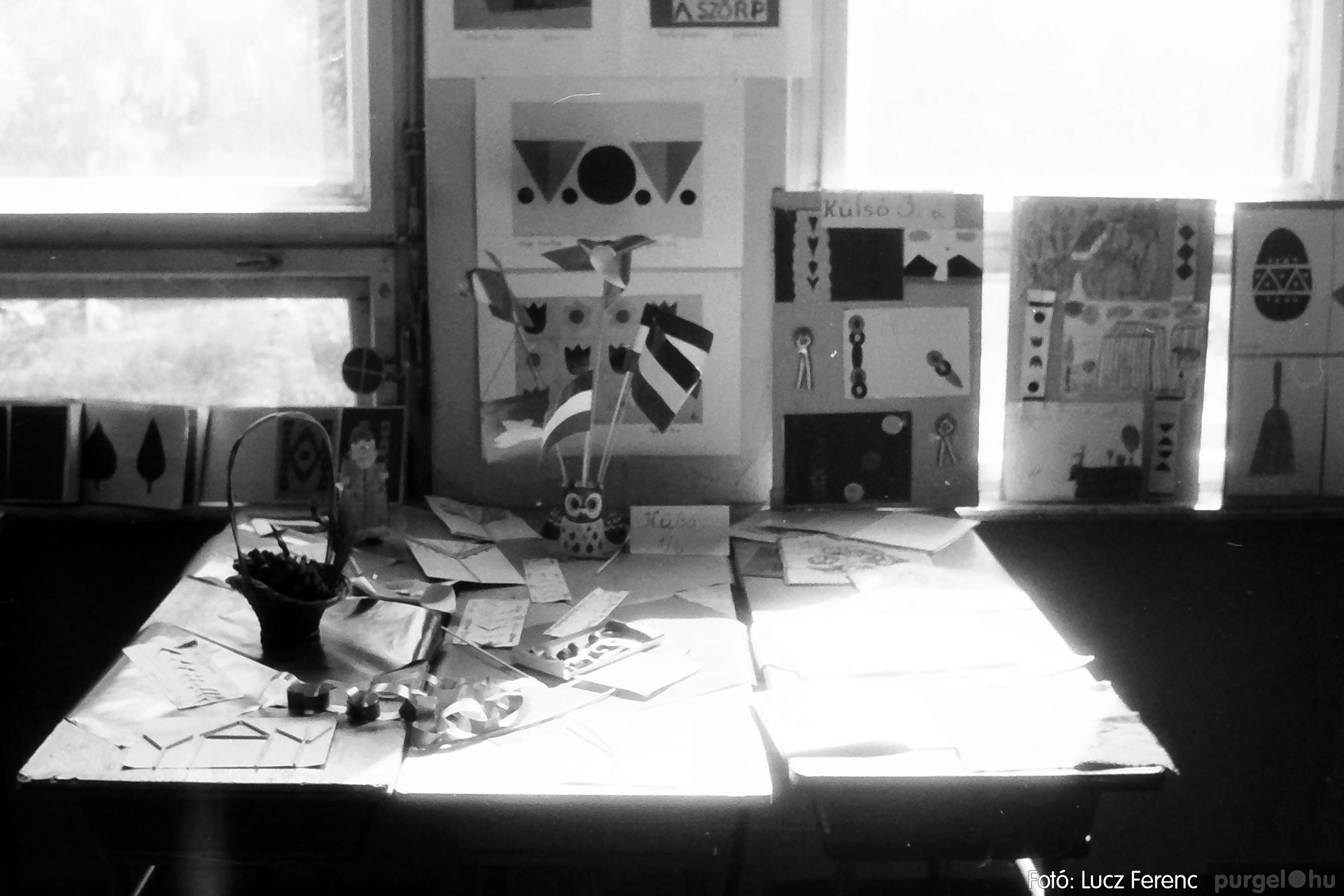 083. 1977. Iskolai kiállítás a tanév legszebb alkotásaiból 003. - Fotó: Lucz Ferenc.jpg