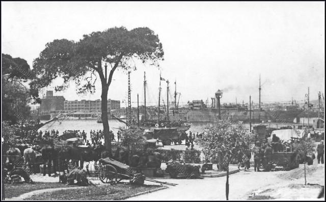 Πειραιάς, γερμανική Κατοχή, 1941 – 1944. Ο Τινάνειος κήπος και στο βάθος το Σιλό.