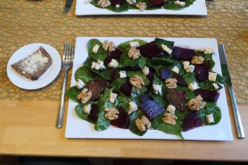 Rote-Bete-Spinat-Salat mit Blauschimmelkäse und karamellisierten Walnüssen (mein Teller)
