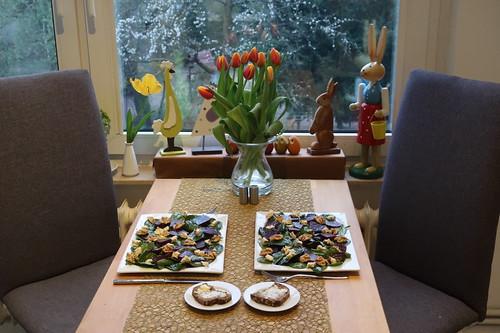 Rote-Bete-Spinat-Salat mit Blauschimmelkäse und karamellisierten Walnüssen (Tischbild)