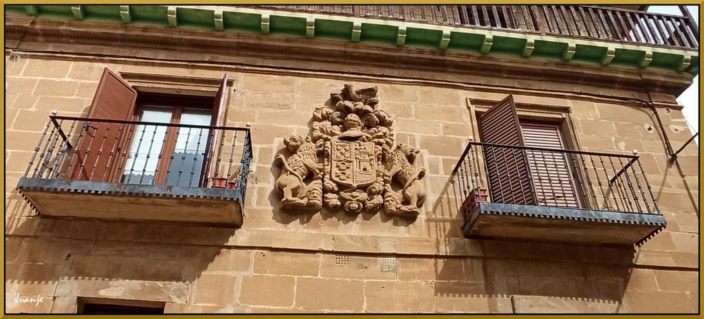 Balcones y blasón (Briñas, La Rioja, España, 3-4-2021)