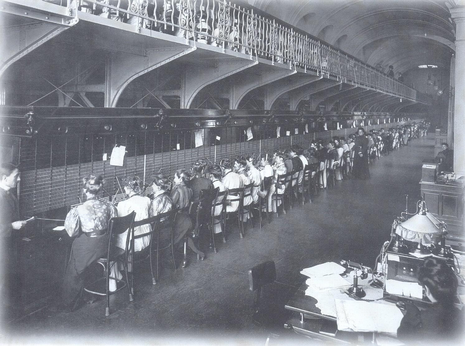 84. 1914. Служащие Петроградской городской телефонной станции.