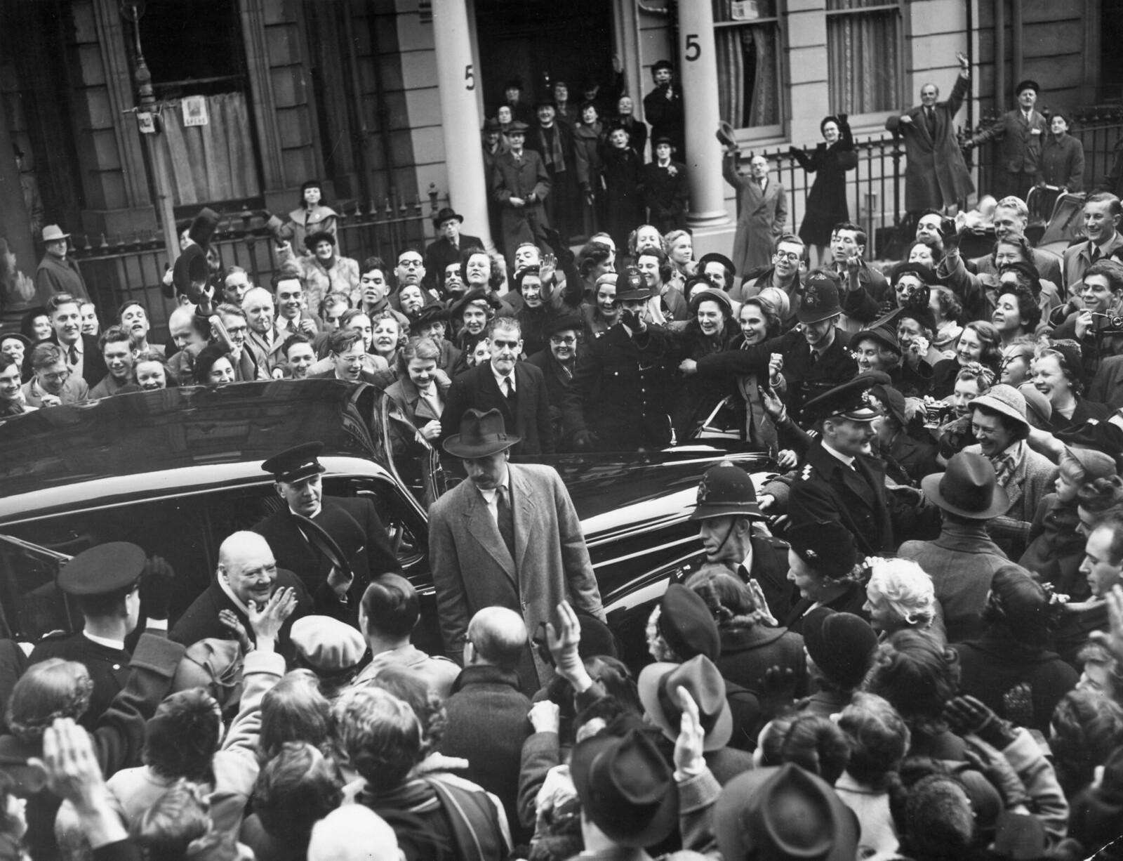 15. Уинстон Черчилль, лидер консерваторов, выходит из машины, чтобы проголосовать в Сент-Стивенс-холле, Глостер-роуд, на всеобщих выборах