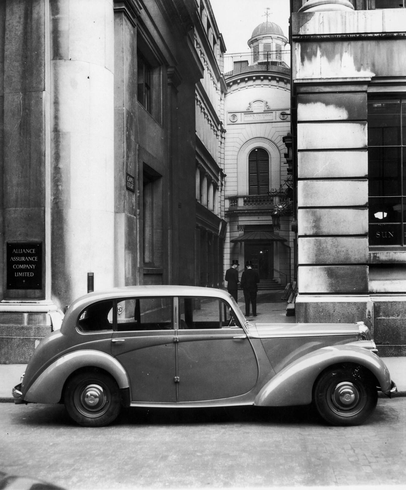 06. Служители Лондонской фондовой биржи в цилиндрах стоят в здании Капел Корт у входа на фондовую биржу