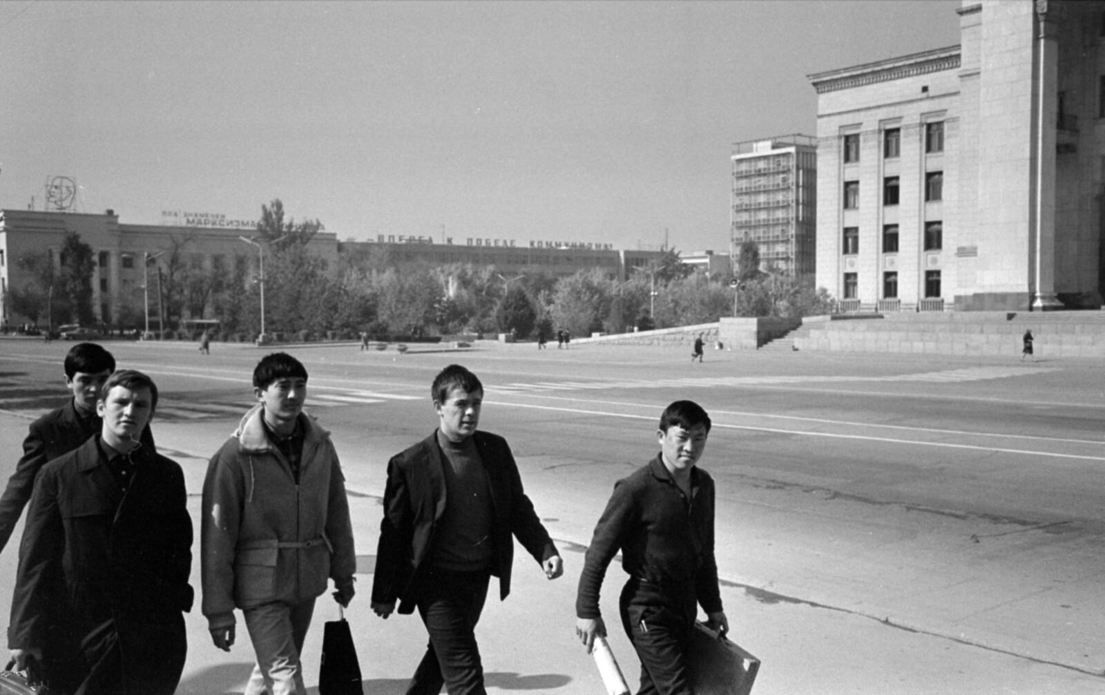 09. Алма-Ата. Площадь Ленина, справа - здание правительства Казахской ССР