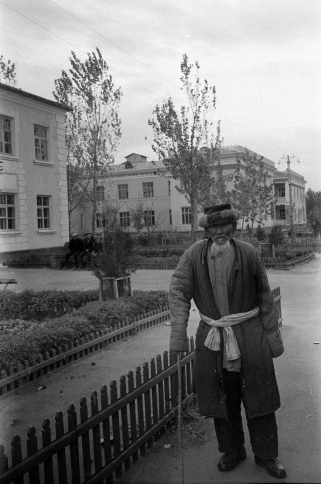 22. Алдабергеново. улица Жанатова, на заднем плане Дом культуры