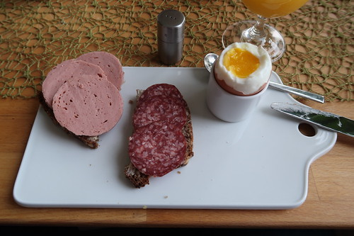 Rinderfleischwurst und Lammsalami auf Vollkornbrot zum Frühstücksei
