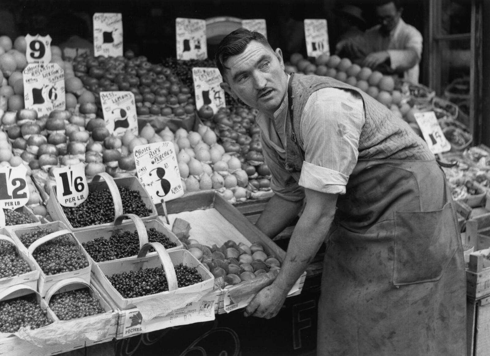22. Мистер Пауэлл, владелец овощной лавки в лондонском Блэкхите, снижает цены на свою продукцию на треть, чтобы привлечь больше покупателей
