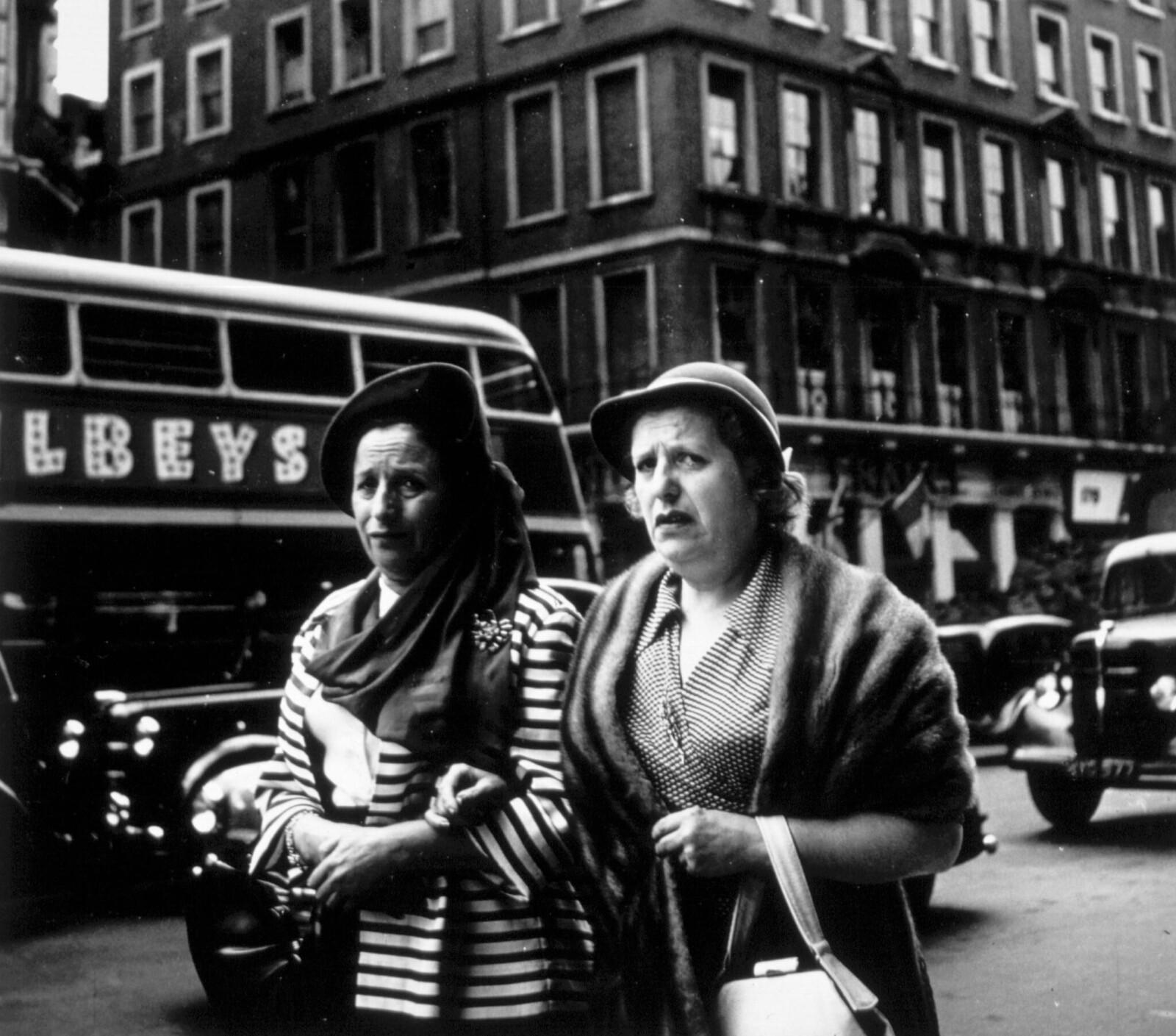 16. Две женщины на Пикадилли