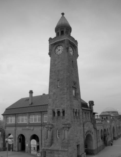 Der Uhrturm an den St.Pauli Landungsbrücken