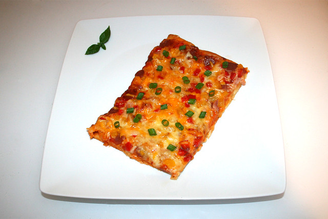 15 - Salami bell pepper pizza with bacon - Served / Salami Paprika Pizza mit Speck - Serviert
