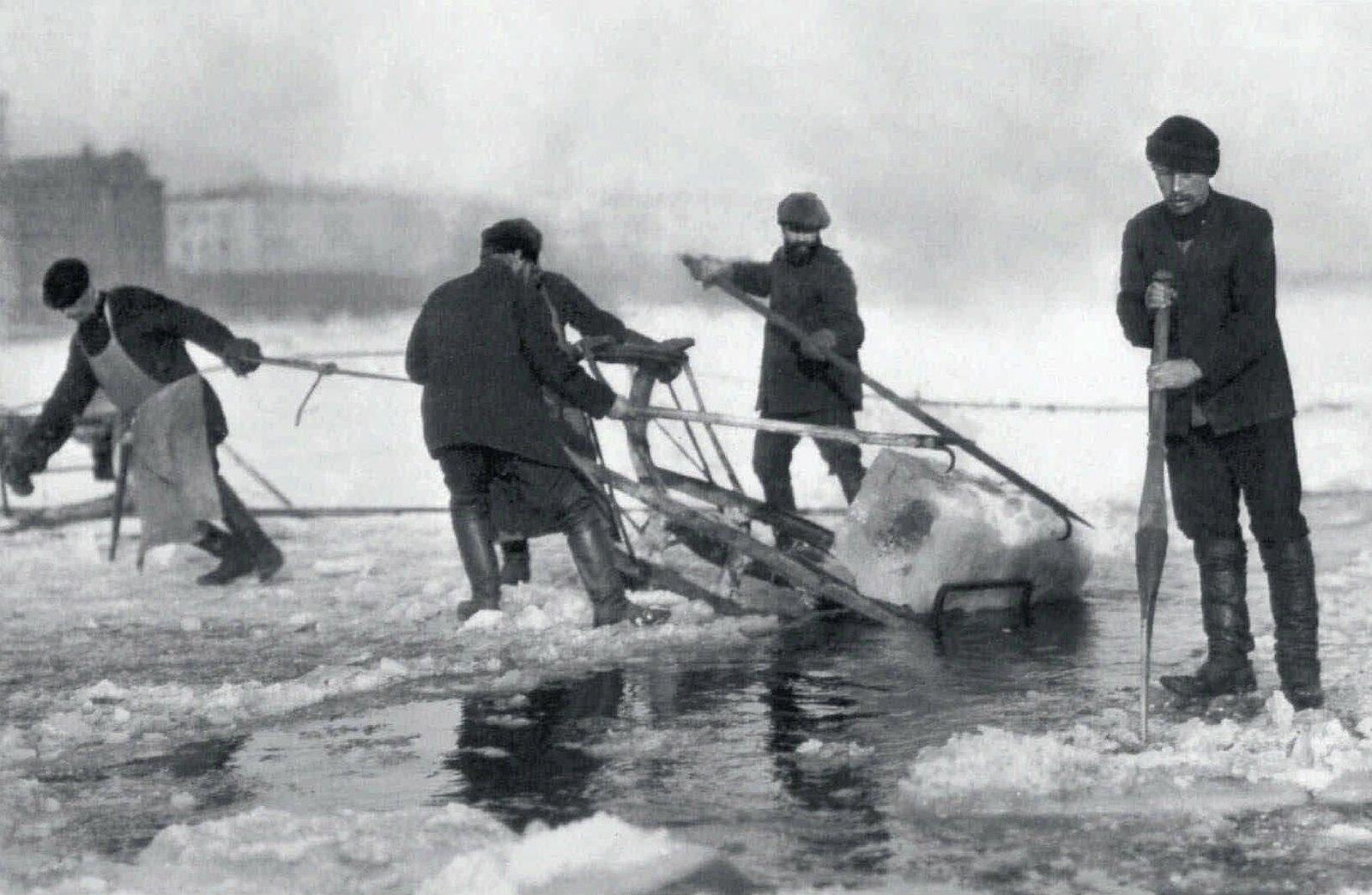 78. 1910-е. Вырубка льда на Неве