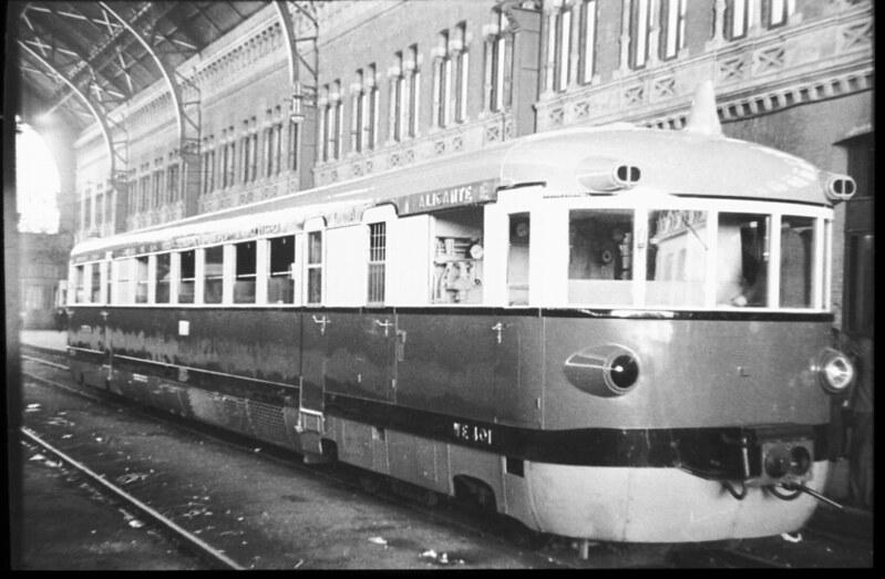 Automotor Madrid-Toledo el 25 de septiembre de 1935 a su salida en Atocha. Fotografía de Santos Yubero © Archivo Regional de la Comunidad de Madrid, fondo fotográfico signatura 033378_011