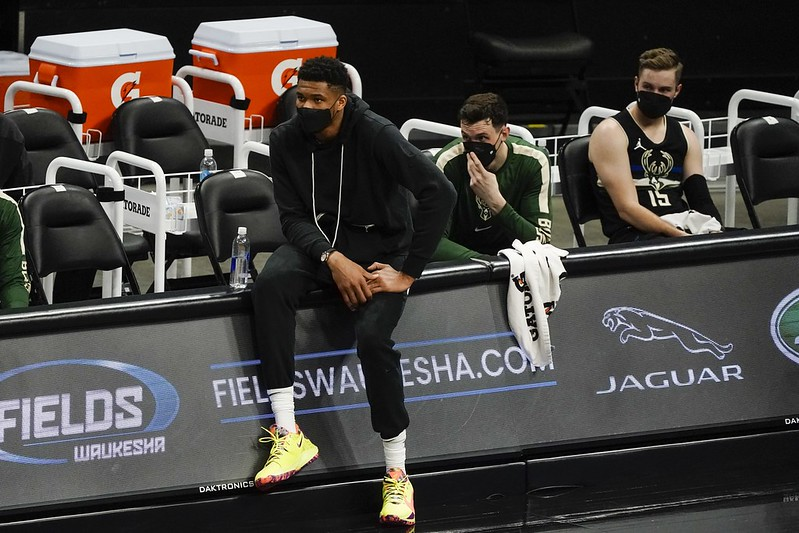 因傷缺陣的Giannis Antetokounmpo在場邊觀戰。(達志影像)