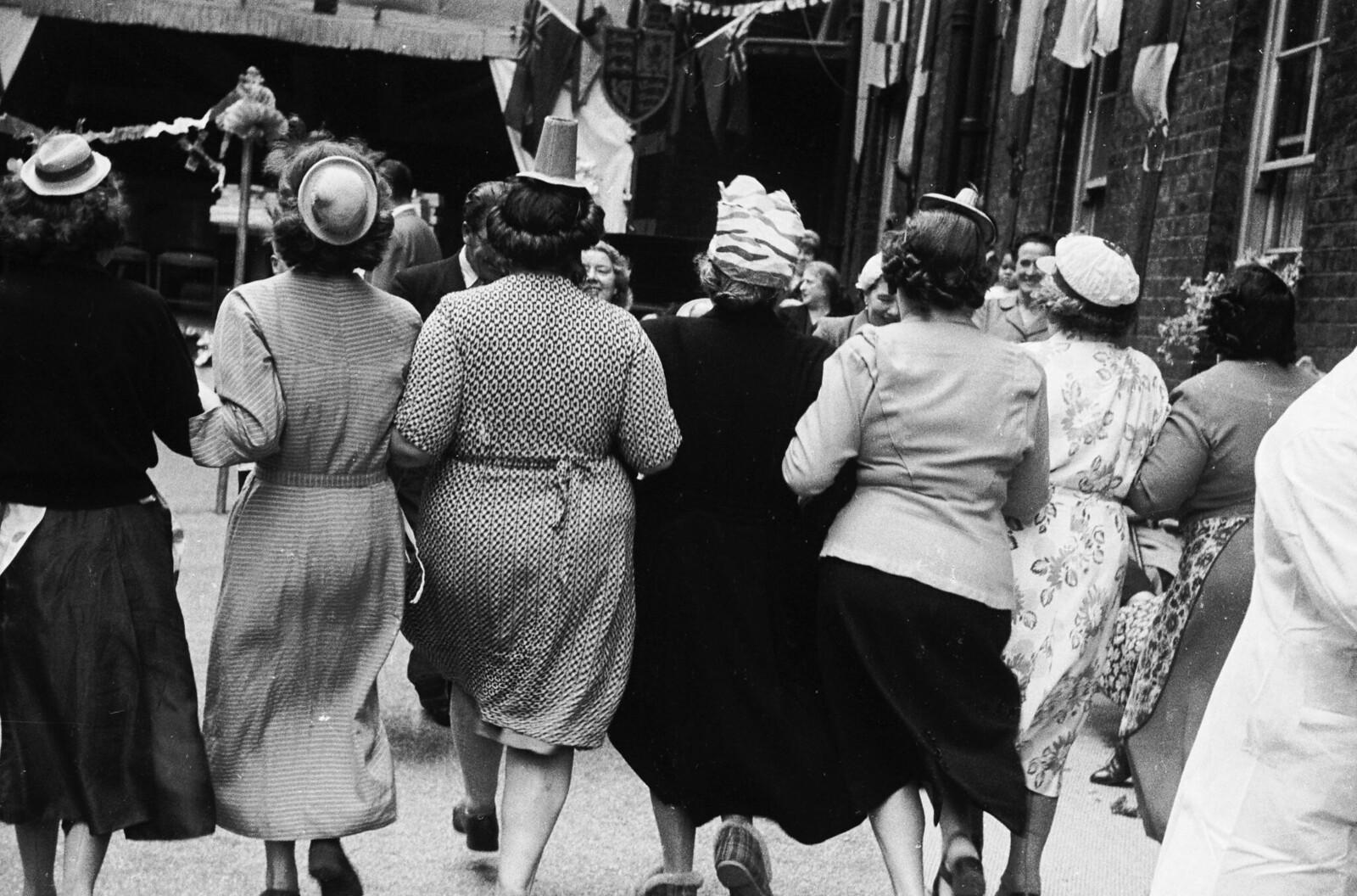 12. Женщины в бумажных шляпах на лондонской улице во время уличной вечеринки