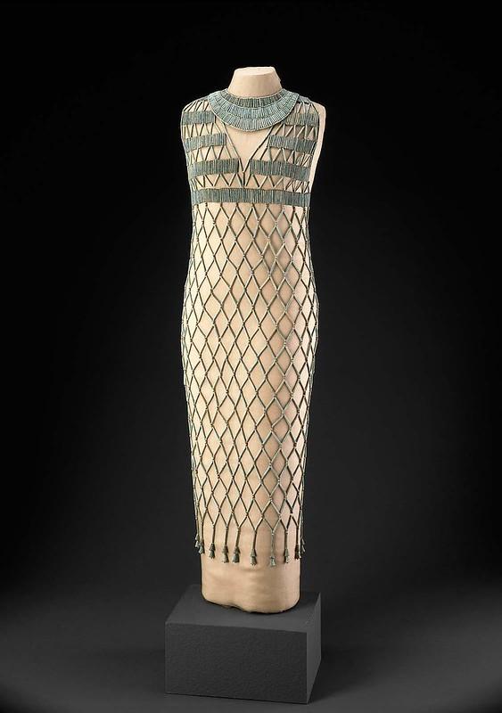 """ROMA ARCHEOLOGIA e RESTAURO ARCHITETTURA 2021. Donne archeologhe: """"È ancora oggi incredibilmente moderno & Che scarpe vanno con quel vestito?"""" Giza - Un abito di 4500 anni fa!  Museum of Fine Arts, Boston (04/2021)."""