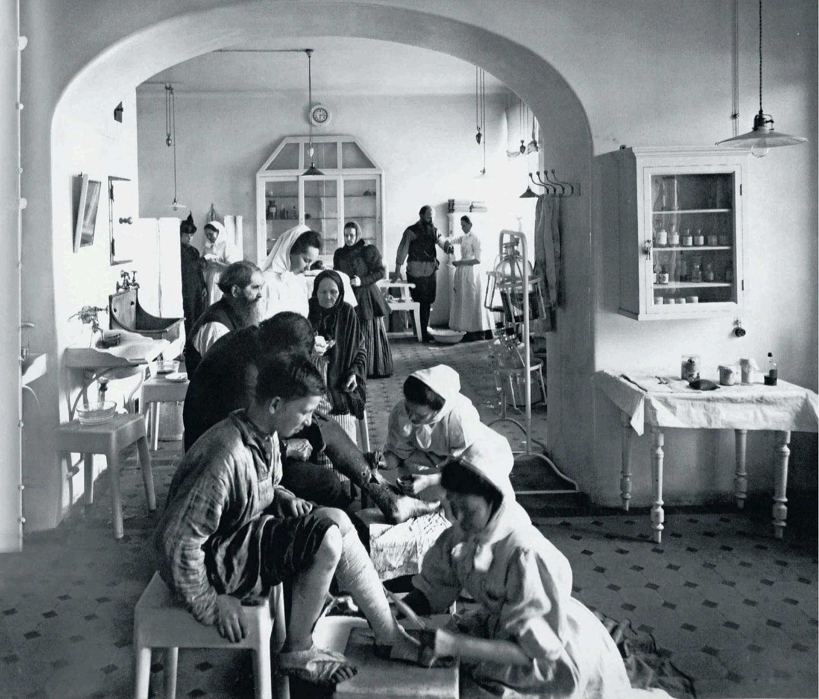 83. 1914. Сёстры милосердия в перевязочной общины св. Евгении