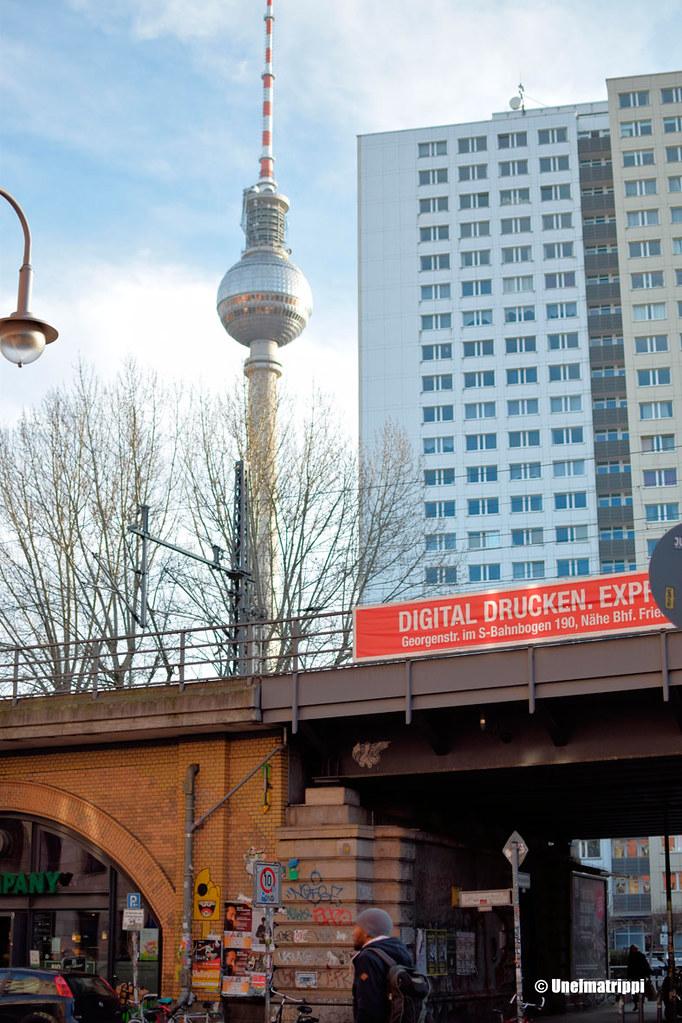 Berliinin televisiotorni, silta ja kerrostaloja
