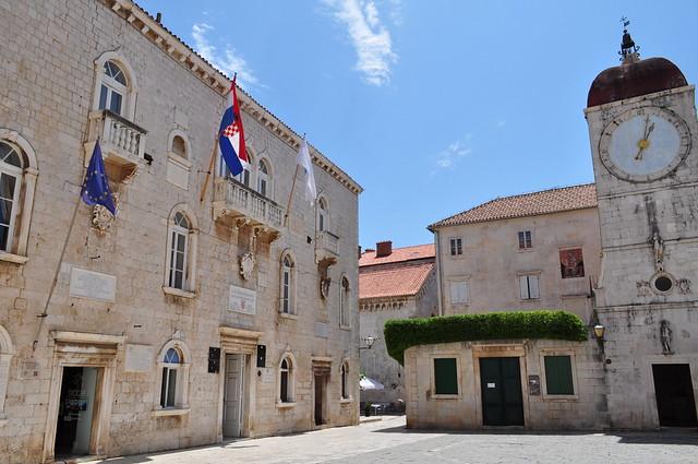 Hôtel de Ville (XIIIe), et Tour de l'Horloge (XIVe), place Ivana-Pavla II, Trogir, comitat de Split-Dalmatie, Croatie.