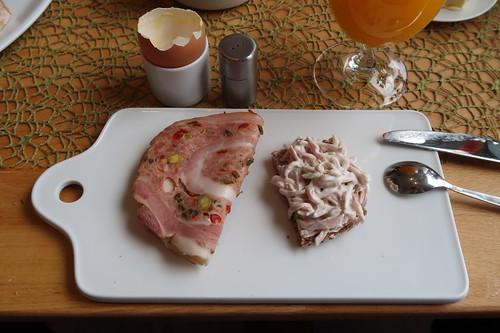 Rollbraten mit Paprika und Fleischsalat auf Saftkornbrot
