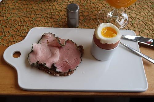 Kräuterschinken auf Saftkornbrot zum Frühstücksei