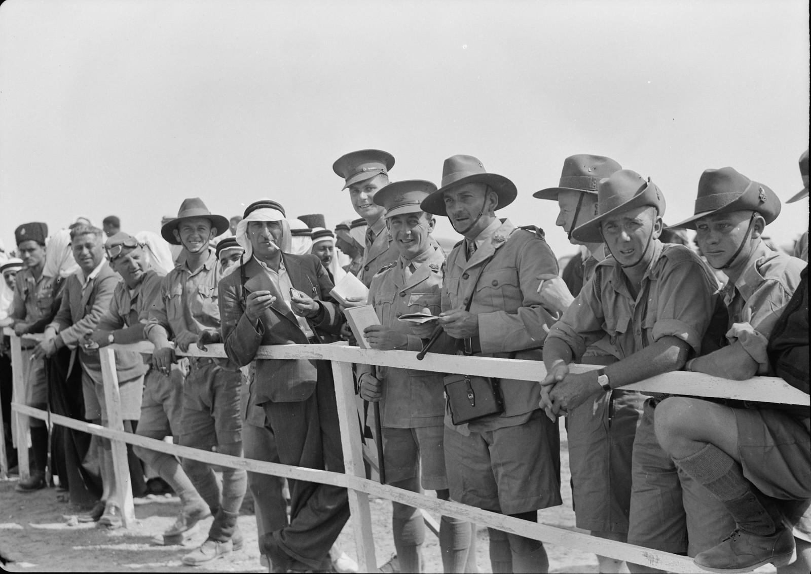 09. Австралийские офицеры смотрят скачки
