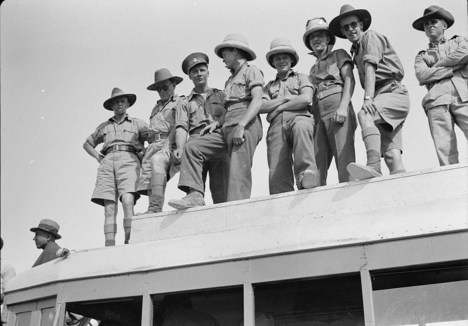 06. Австралийские солдаты на крыше автобуса
