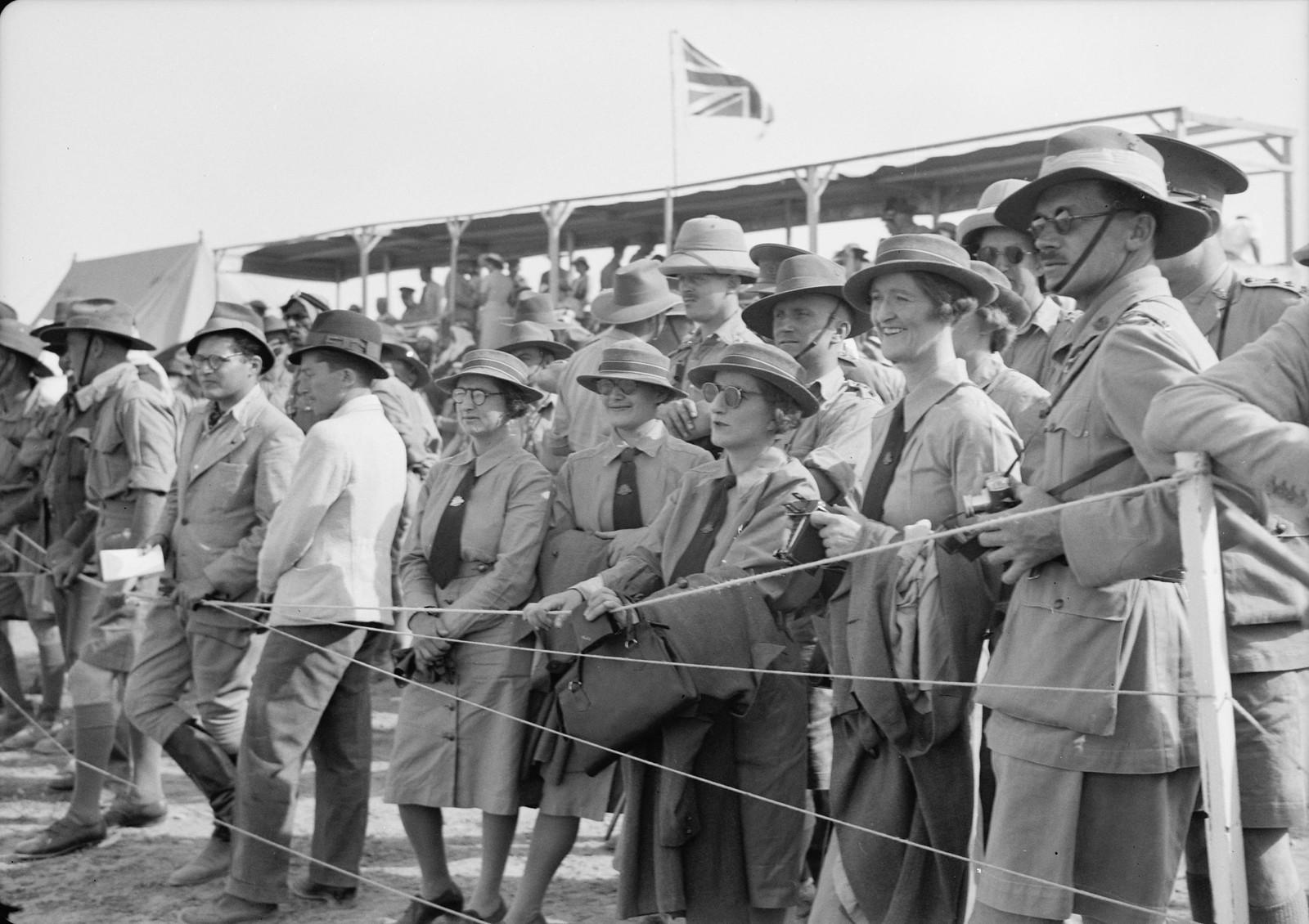 10. Австралийские офицеры и медсестры  наблюдают за скачками