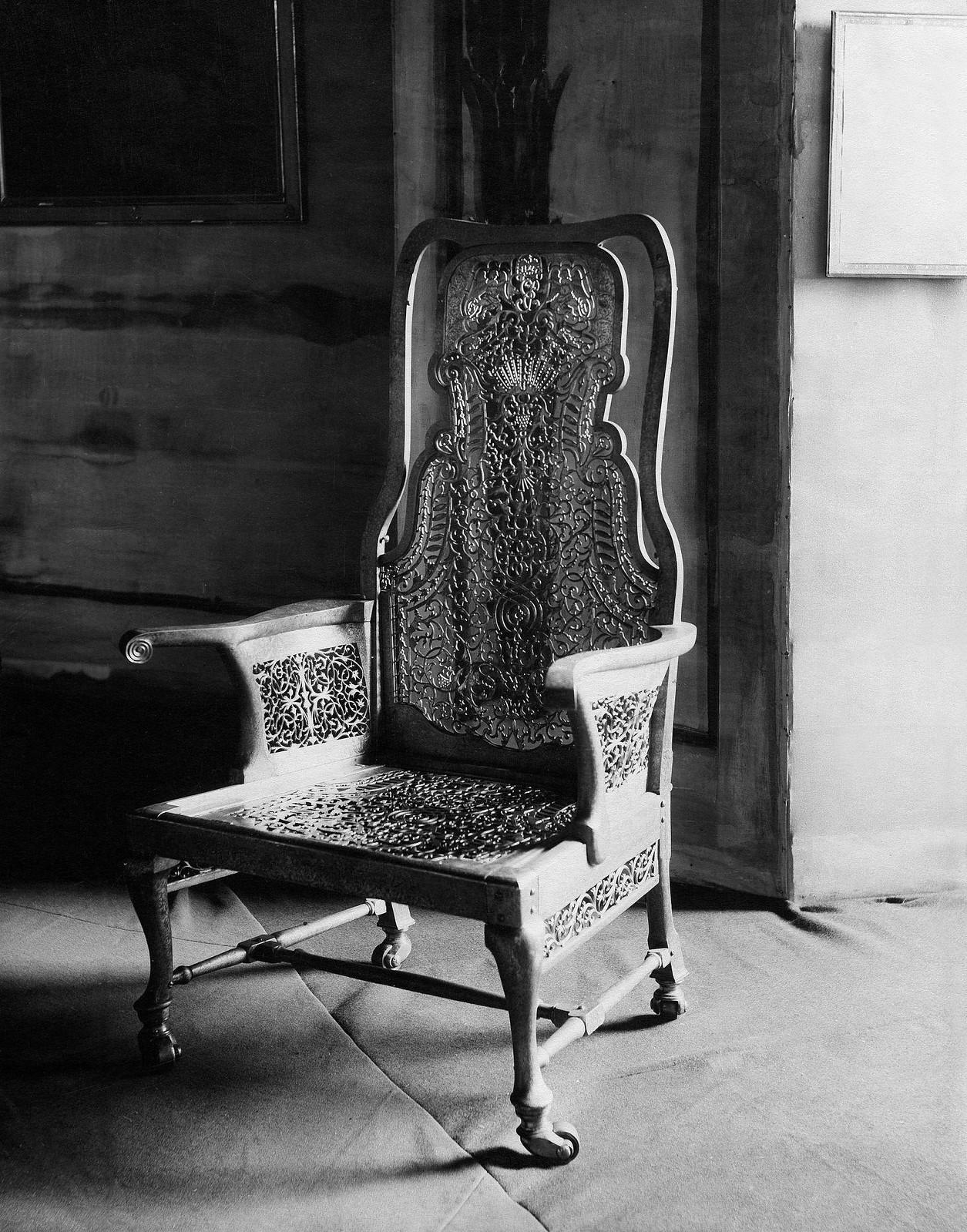 112. 1912. Выставка Академии художеств, тронное кресло царицы Елизаветы