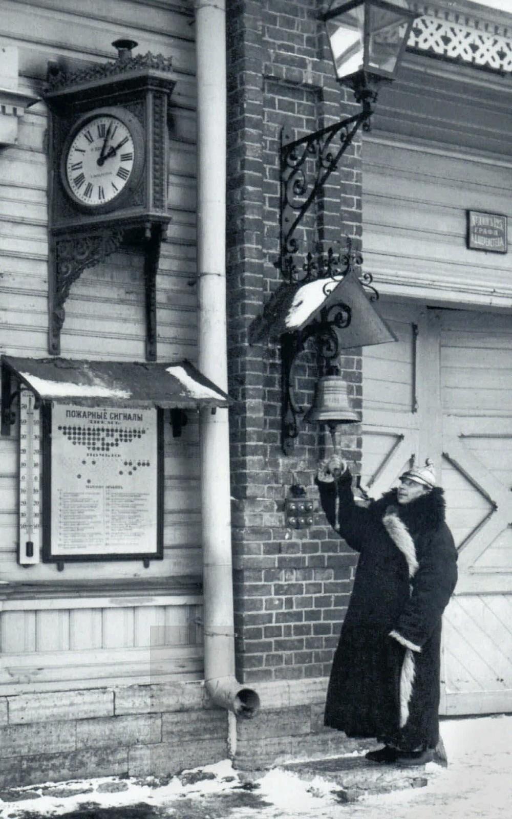 104. 1908. Дежурный пожарный Лиговсокго резерва пожарной дружины у сигнального колокола
