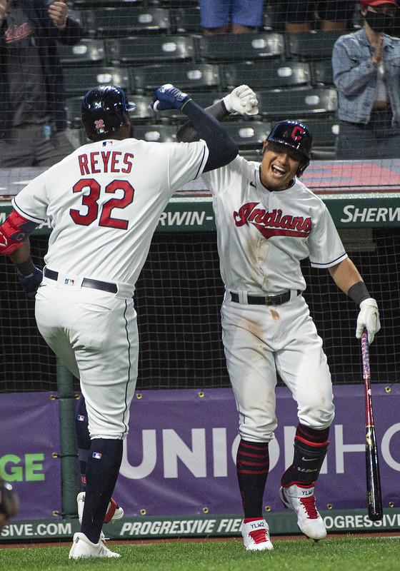 張育成(右)與Franmil Reyes(左)慶祝全壘打。(達志影像)