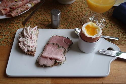 Fleischsalat und Kräuterschinken auf Saftkornbrot zum Frühstücksei