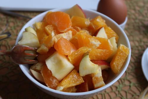 Obstsalat aus Apfel, Orange und Mandarinchen