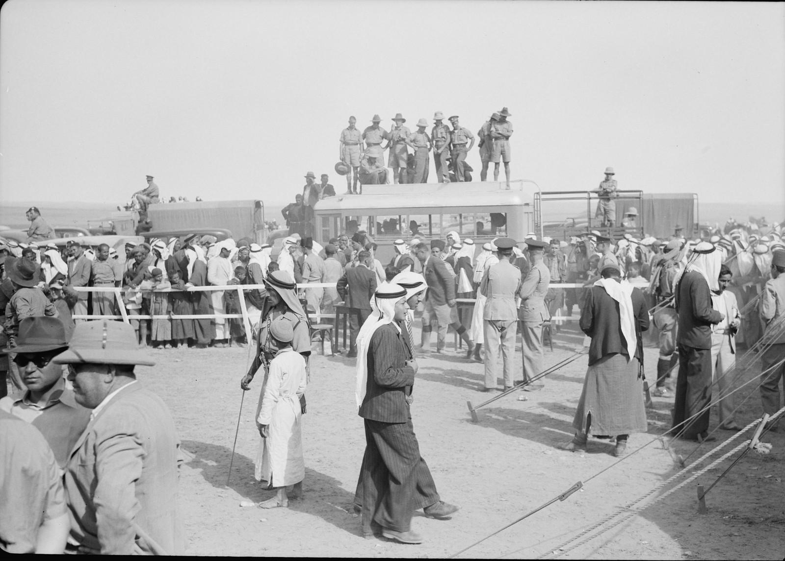 05. Австралийские солдаты на крыше автобуса