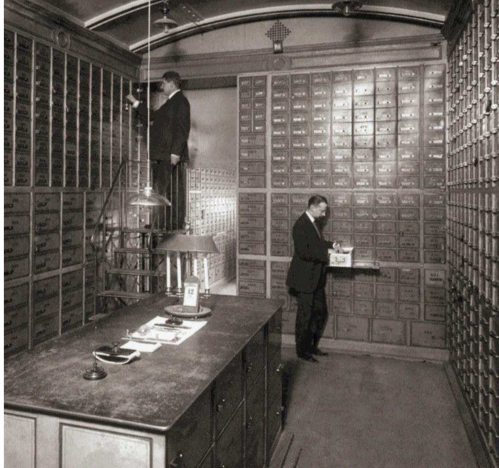 109. 1911.  В помещении безопасных ящиков Волжско-Камского коммерческого банка
