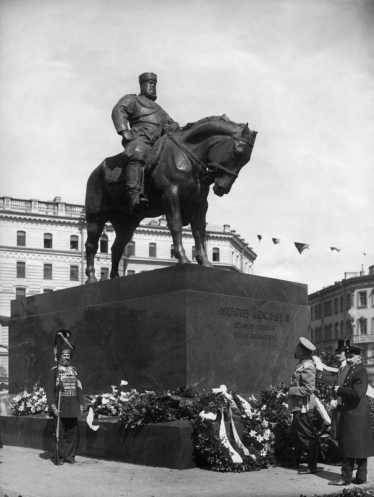 105. 1909. Памятник Александру III после церемонии открытия