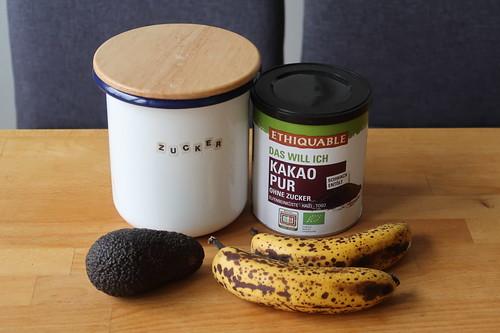 Zutaten für veganes Schokoladenmousse (Dessert aus Avocado, Kakao und Bananen)