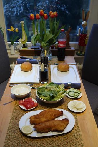 Do-it-yourself Fischburger mit paniertem Rotbarschfilet, Remoulade, Salat und frisch gebackenem Bun (Tischbild)