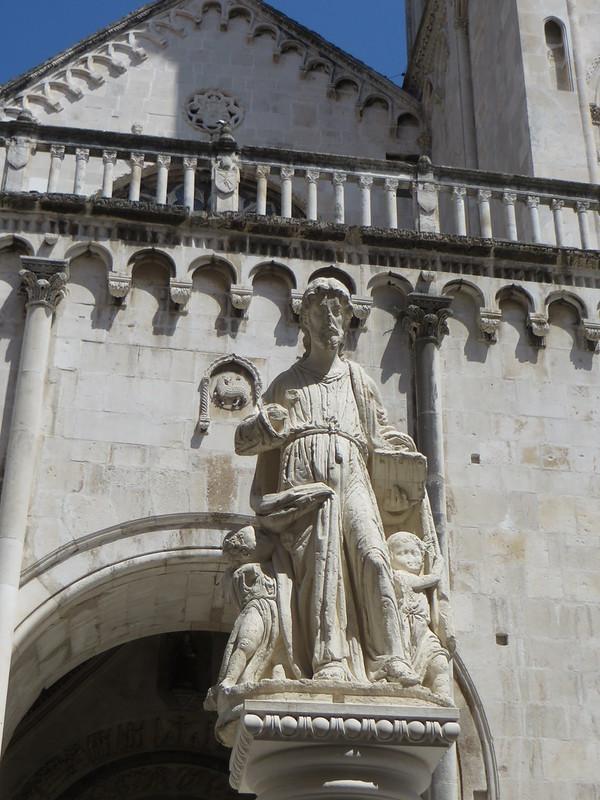 Parvis de la cathédrale St Laurent, place Ivana-Pavla II, Trogir, comitat de Split-Dalmatie, Croatie.