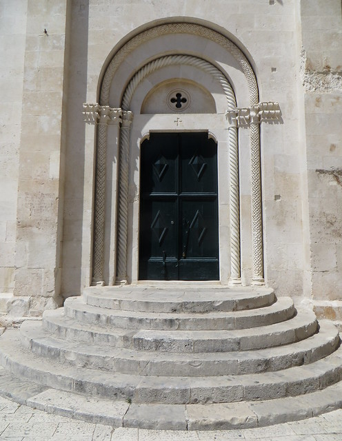 Porte de la cathédrale St Laurent, place Ivana-Pavla II, Trogir, comitat de Split-Dalmatie, Croatie.