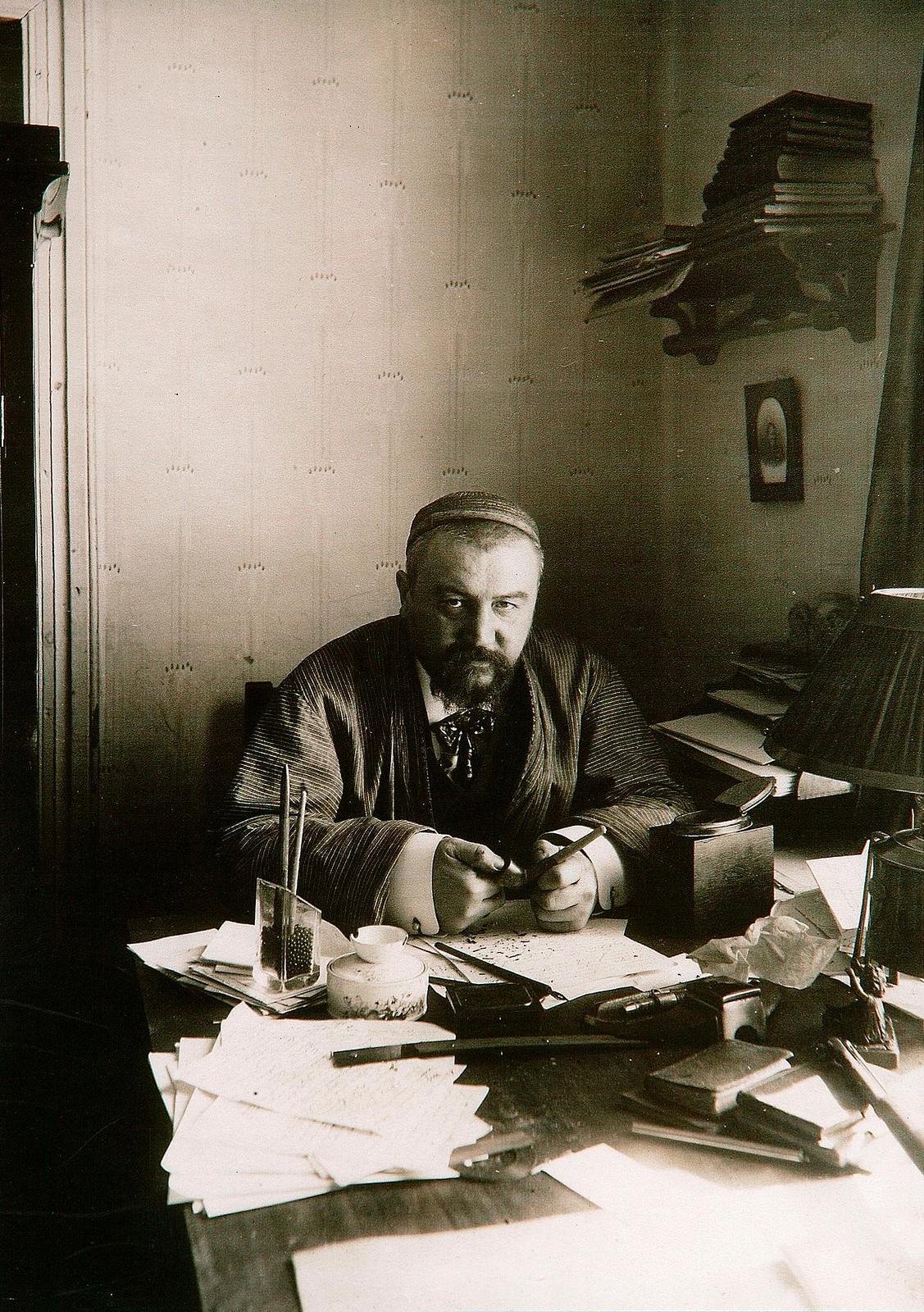 113. Александр Куприн за своим письменным столом, Гатчина