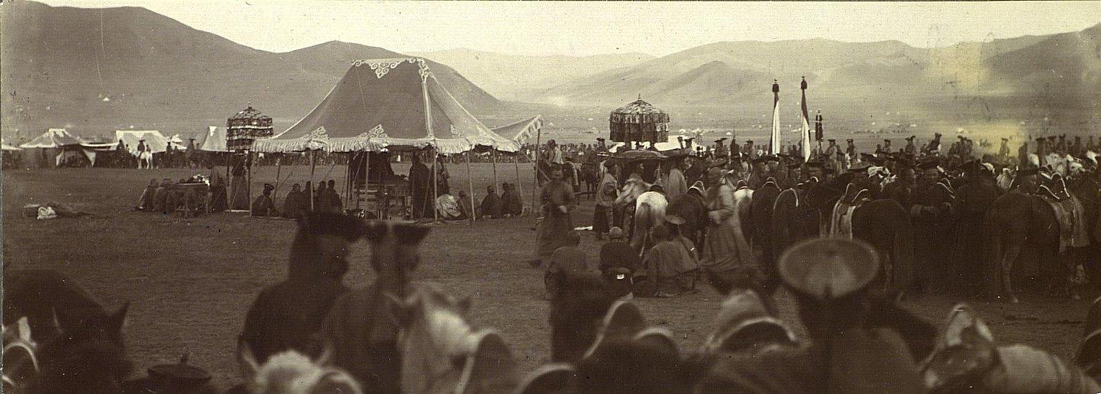 Отчитывание лошади перед палаткой Богдо-Гегена