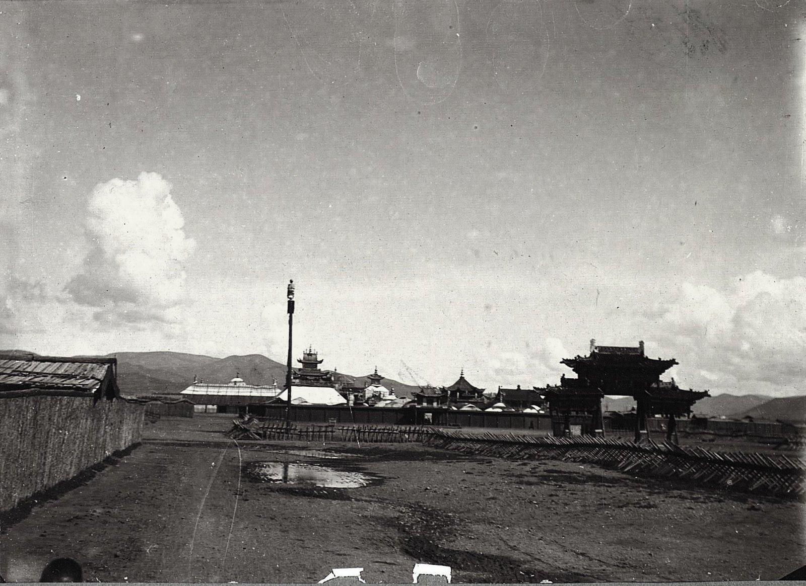 Общий вид на дворец Богдо-Гегена, кумирни и «ямпай» (монастырскую стену)