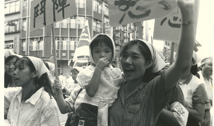 1992年,嘉隆成衣廠關廠工人抗爭。(《朱教授老闆的暑假作業》劇照,圖片來源:台灣國際紀錄片影展)