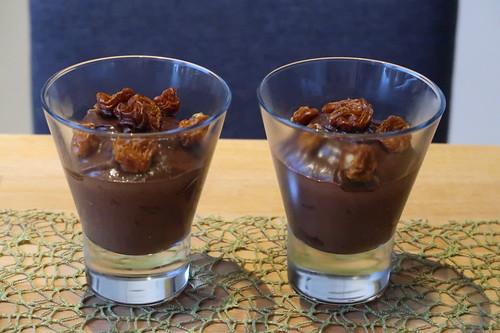 Zwei Portionen des veganen Schokoladenmousse (Dessert aus Avocado, Kakao und Bananen) garniert mit getrockneten Physalis
